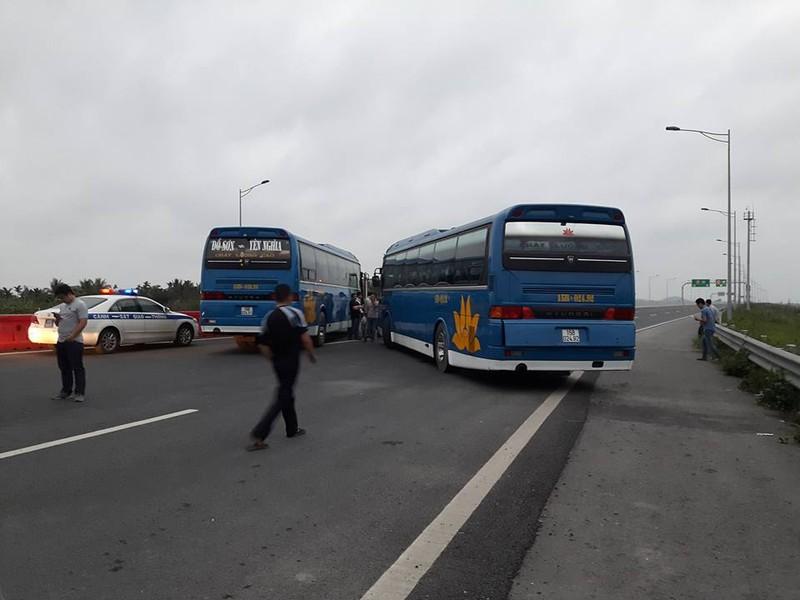 2 xe khách chặn ngang cao tốc vì phản đối tăng phí đường bộ? - ảnh 1