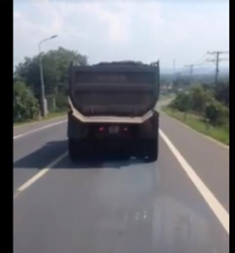 Xe tải được camera ghi lại. Ảnh: Facebook