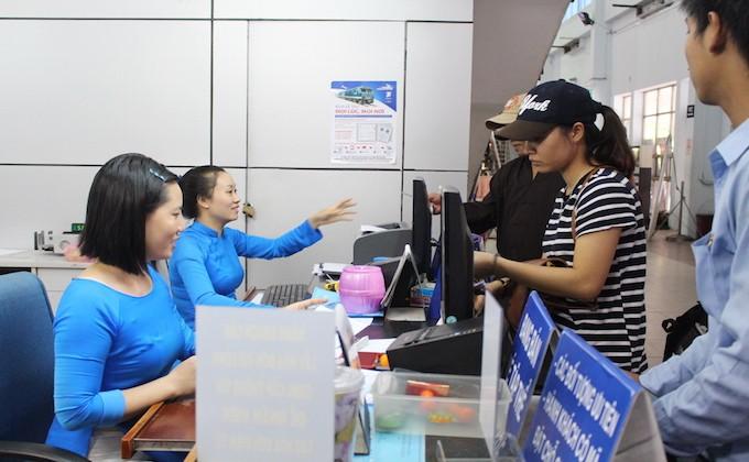Hành khách mua vé tại ga