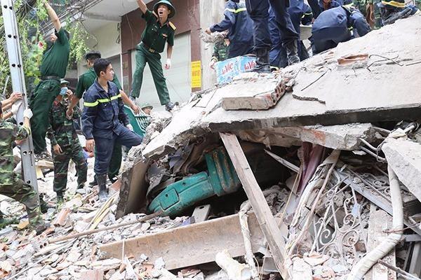 Hiện lực lượng cứu hộ đã xác định được vị trí hai nạn nhân mắc kẹt dưới đống bê tông.