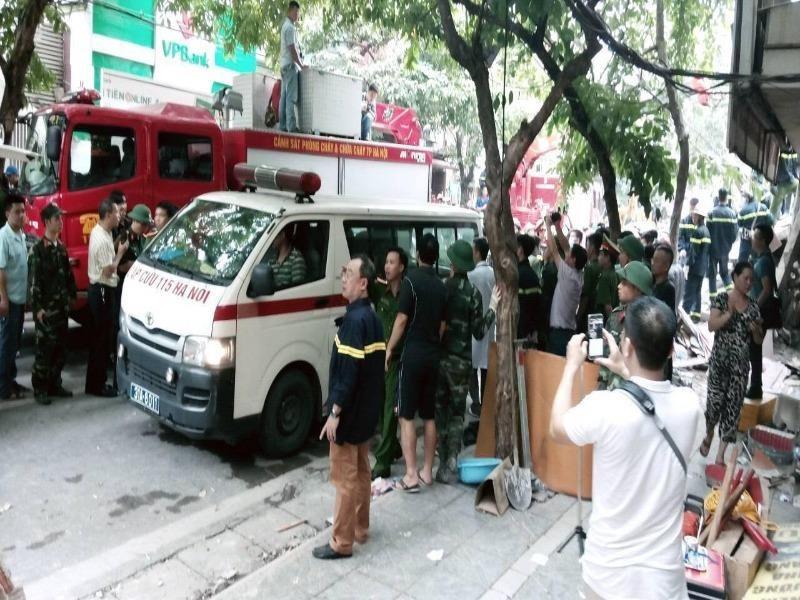 Sau khi được đưa ra ngoài, nạn nhân lập tức được xe cứu thương đưa tới bệnh viện