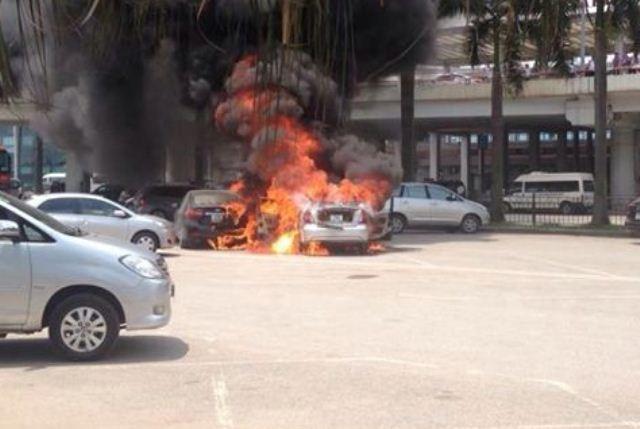 Cháy ô tô 4 chỗ tại sân bay Nội Bài, tài xế tử vong - ảnh 1