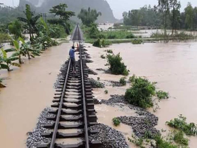 Đường sắt tê liệt, yêu cầu phát lương thực cho khách - ảnh 1