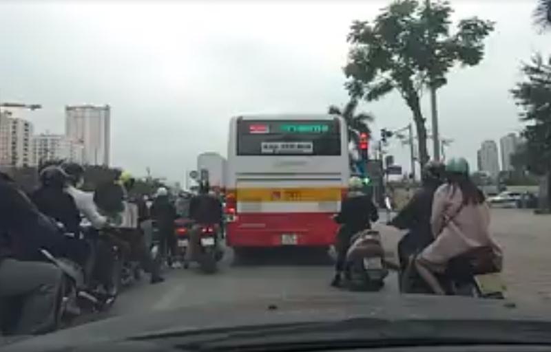 Xử nghiêm tài xế xe buýt nghênh ngang vi phạm luật - ảnh 1