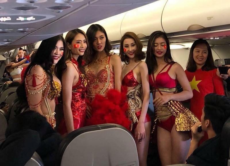 Болельщики возмутились сопровождением футболистов сборной Вьетнама моделями в бикини
