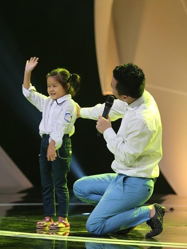"""Ca sĩ Tùng Dương bất ngờ xuất hiện, hát tặng những 'chiếc lá chưa lành"""" - ảnh 1"""