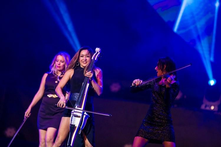 Bốn cô gái bốc lửa của BOND làm 'nóng' sân khấu Việt   - ảnh 1