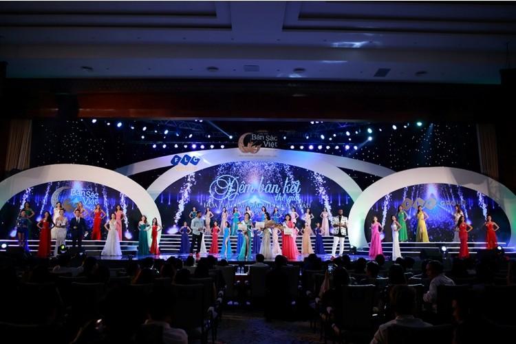 Thí sinh Hoa hậu Bản sắc Việt múa kiếm trên sân khấu - ảnh 1