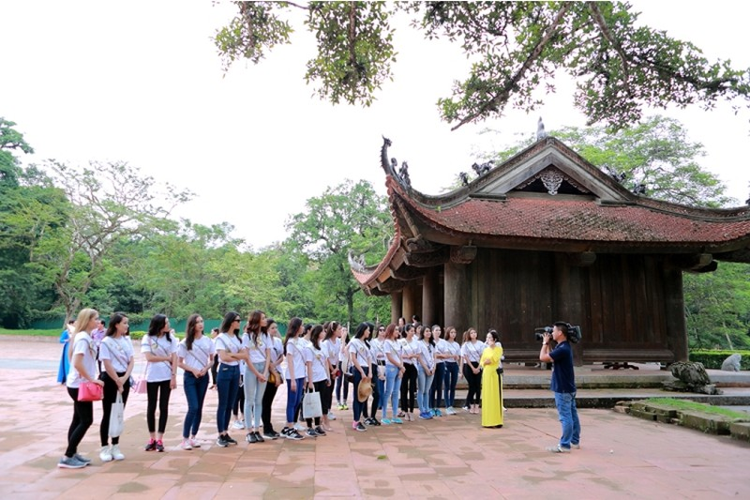 Người đẹp Hoa hậu Bản sắc Việt thích thú với cây ổi 'biết cười' - ảnh 1