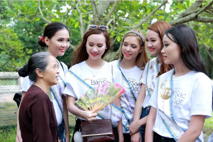 Người đẹp Hoa hậu Bản sắc Việt thích thú với cây ổi 'biết cười' - ảnh 3