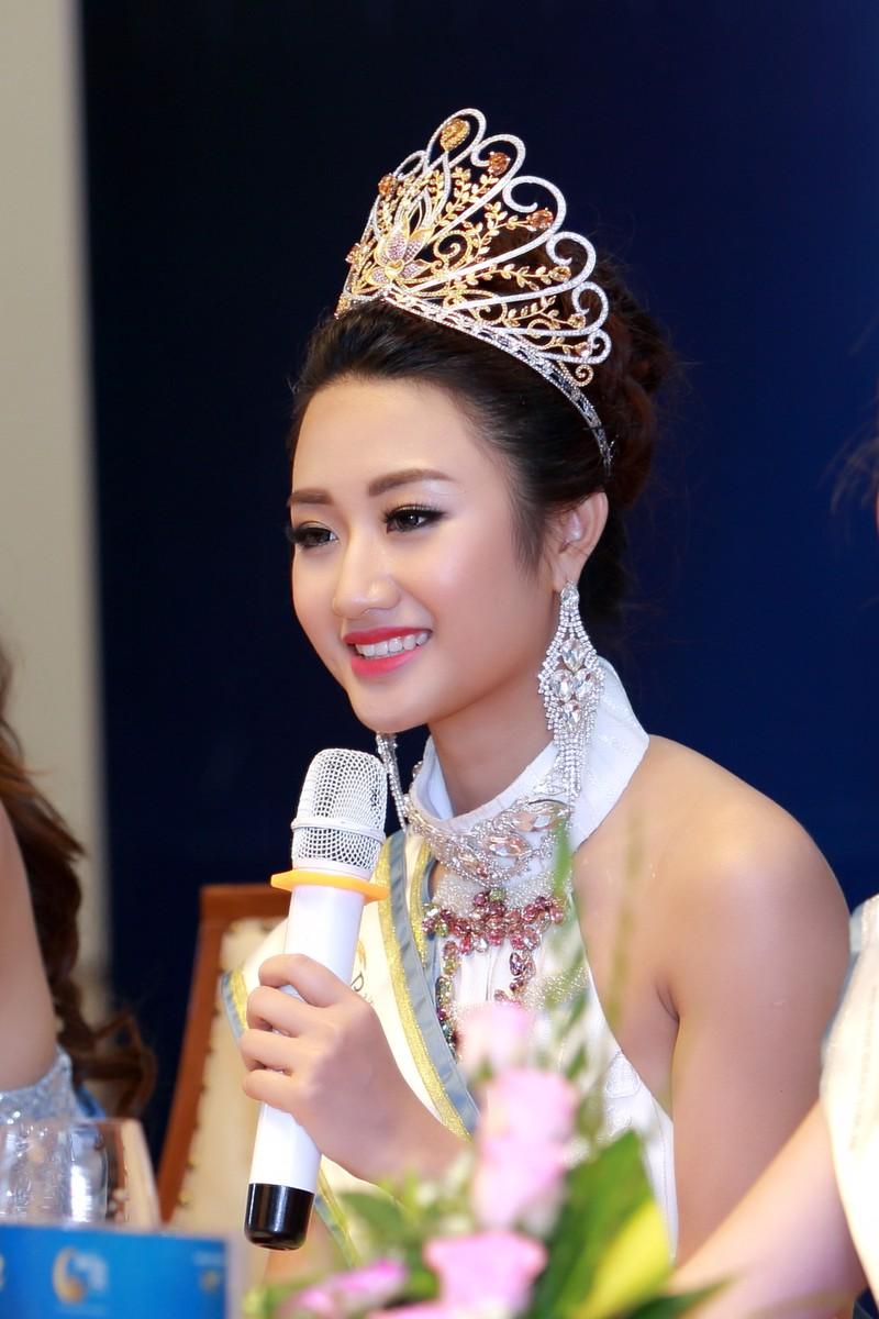 Hoa hậu Trần Thị Thu Ngân tại buổi họp báo.