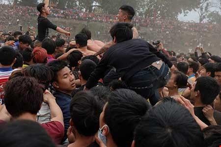 Hình ảnh tranh cướp tại lễ hội Phết ở xã Hiền Quan, huyện Tam Nông (Phú Thọ). Ảnh P.HÙNG