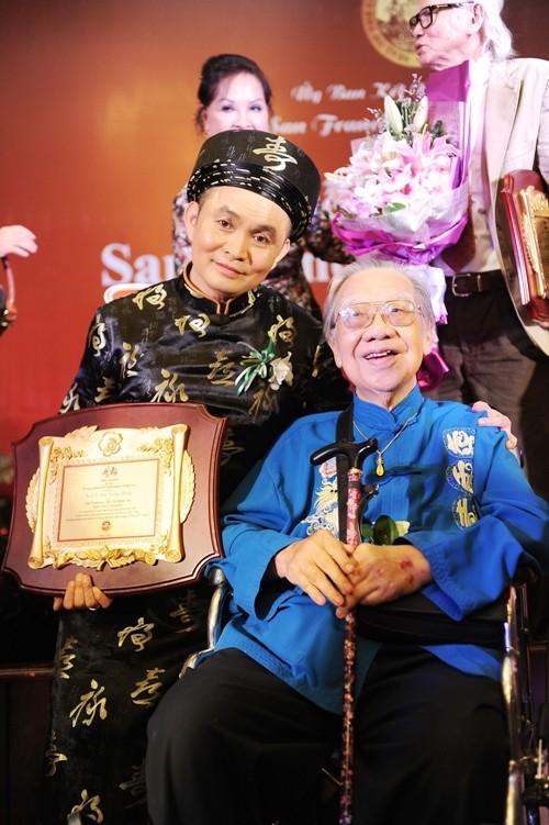 Xuân Hinh trong lần nhận danh hiệu nghệ sĩ.