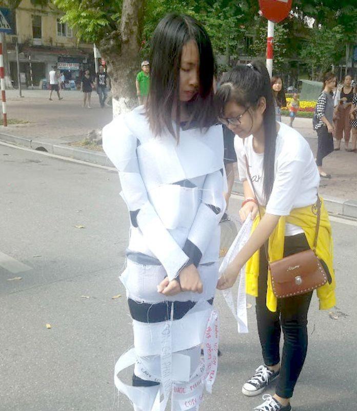 Phố đi bộ xao động vì 'xác sống' truyền thông điệp