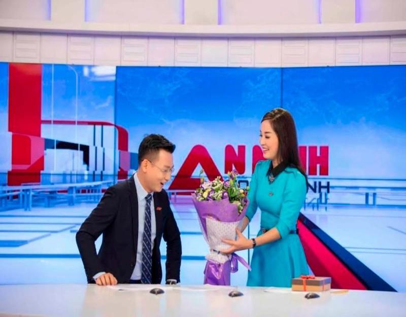 Minh Hương tặng hoa cho Thế Cương