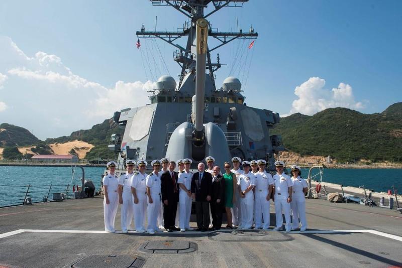 Tàu khu trục của Hoa Kỳ dừng tại Cam Ranh - ảnh 3