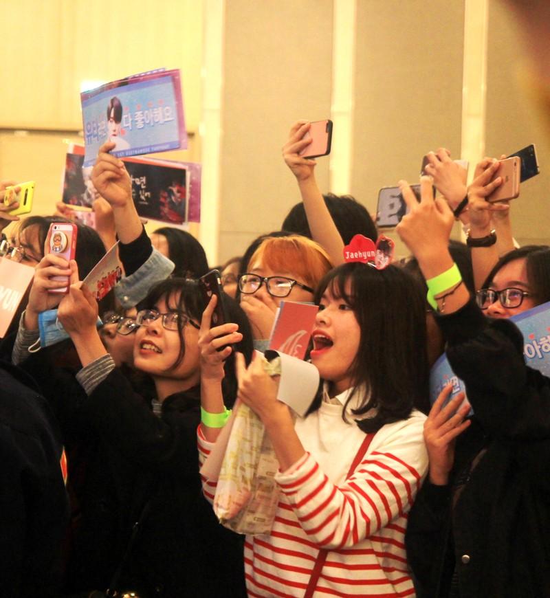 Fan của nhóm nhạc Hàn Quốc NCT 127 'náo loạn' họp báo - ảnh 3