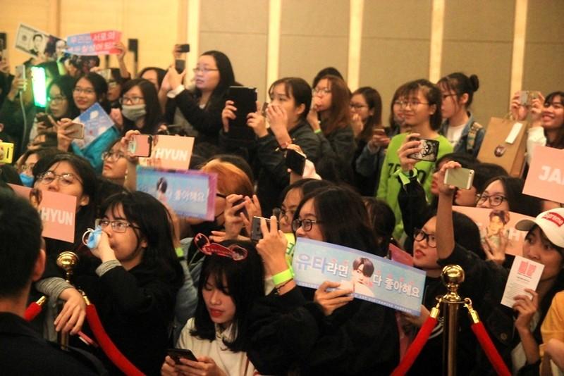 Fan của nhóm nhạc Hàn Quốc NCT 127 'náo loạn' họp báo - ảnh 4