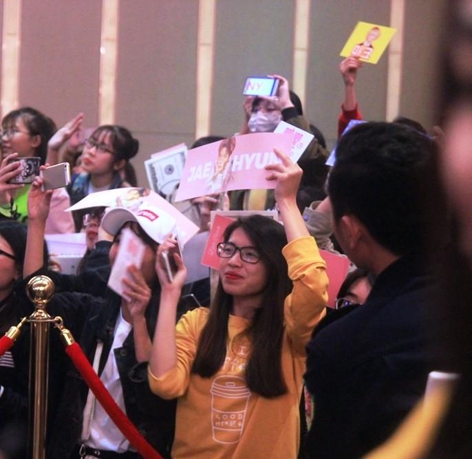 Fan của nhóm nhạc Hàn Quốc NCT 127 'náo loạn' họp báo - ảnh 5