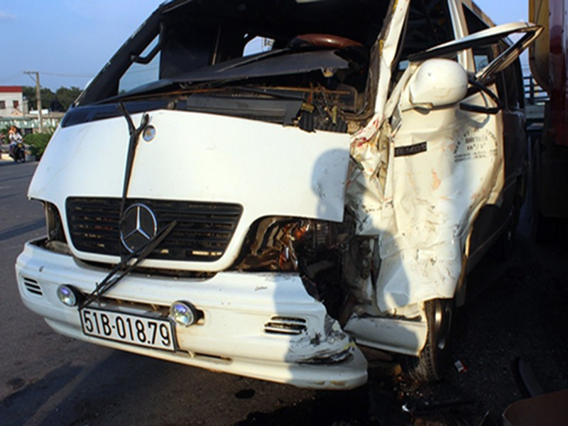 Container đấu đầu ô tô khách, 5 người bị thương - ảnh 2