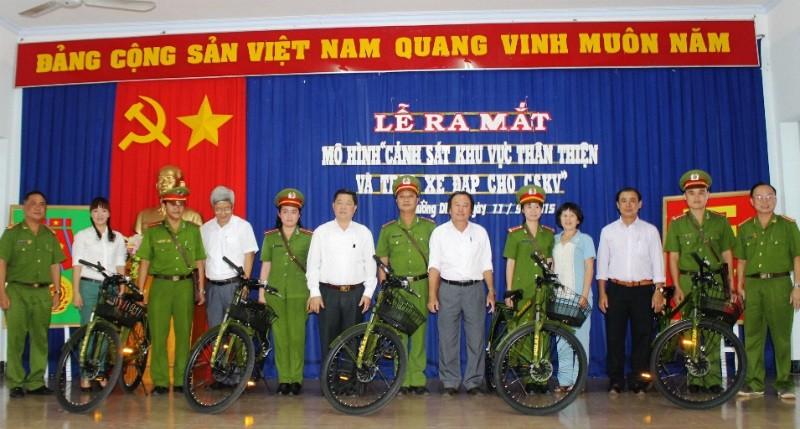 Cảnh sát khu vực đi tuần bằng xe đạp - ảnh 1