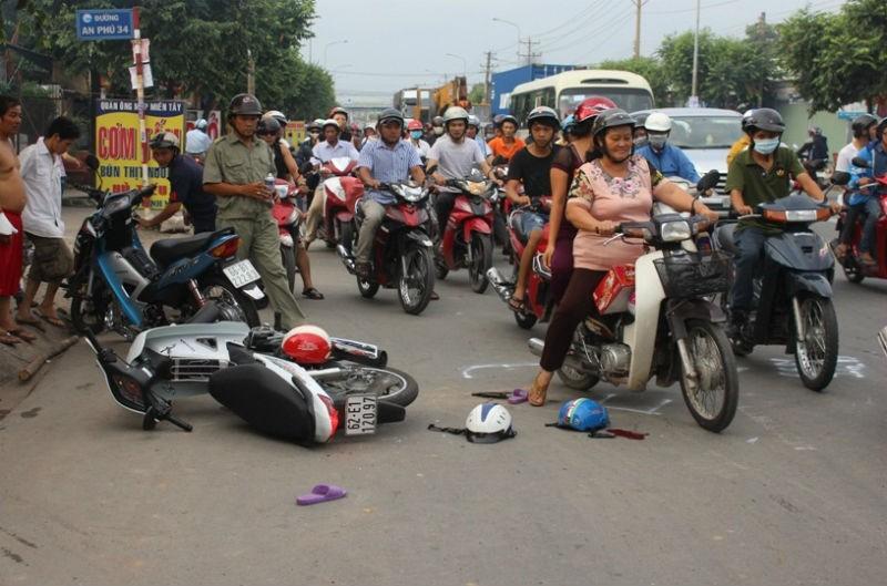 Hai xe máy đối đầu, ba người bị thương nặng - ảnh 1