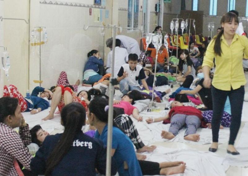 Hàng trăm công nhân nhập viện sau bữa cơm: Tạm đình chỉ bếp ăn  - ảnh 1