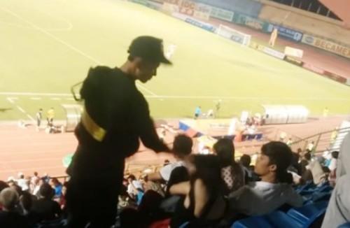 Cảnh sát cơ động tát em gái trên sân vận động để 'dạy bảo' - ảnh 1