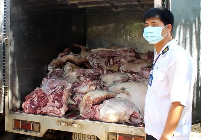 Bắt gần 5 tấn thịt heo thối trước khi bán tại chợ công nhân - ảnh 1