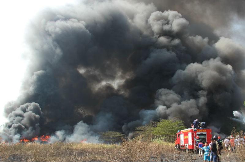 Cháy khủng khiếp tại bãi vỏ xe phế liệu - ảnh 1