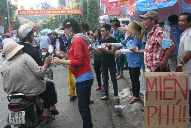 Bất ngờ với những dịch vụ miễn phí tại lễ chùa Bà Bình Dương - ảnh 1