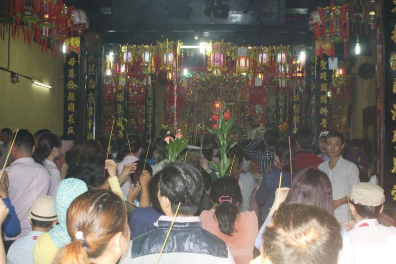 Hàng vạn người đổ về dự lễ rước kiệu chùa Bà Bình Dương  - ảnh 9