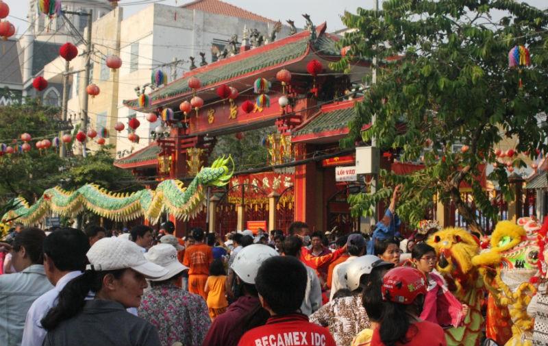 Hàng vạn người đổ về dự lễ rước kiệu chùa Bà Bình Dương  - ảnh 8