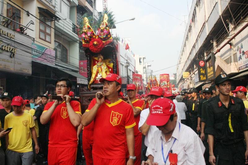 Hàng vạn người đổ về dự lễ rước kiệu chùa Bà Bình Dương  - ảnh 5