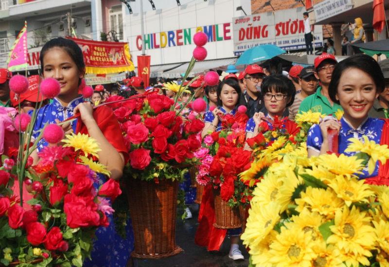 Hàng vạn người đổ về dự lễ rước kiệu chùa Bà Bình Dương  - ảnh 3