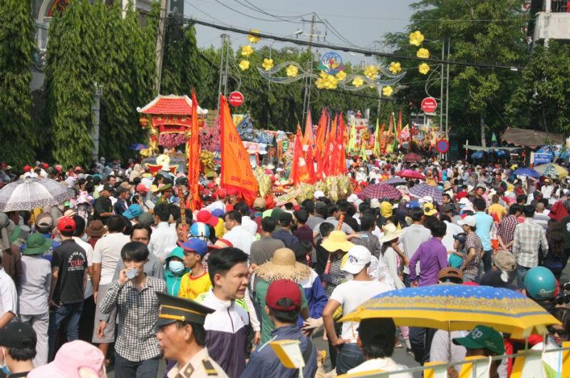 Hàng vạn người đổ về dự lễ rước kiệu chùa Bà Bình Dương  - ảnh 1