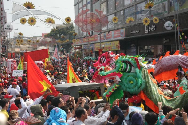 Hàng vạn người đổ về dự lễ rước kiệu chùa Bà Bình Dương  - ảnh 2