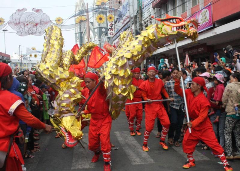 Hàng vạn người đổ về dự lễ rước kiệu chùa Bà Bình Dương  - ảnh 6