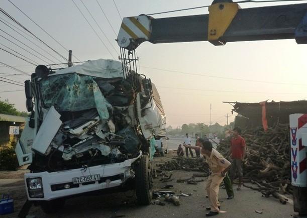 Xe tải tông nhau kinh hoàng hai người chết, bốn người bị thương - ảnh 1