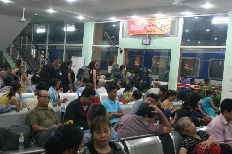 Vụ sập cầu Ghềnh: Ga Biên Hòa đang quá tải - ảnh 2