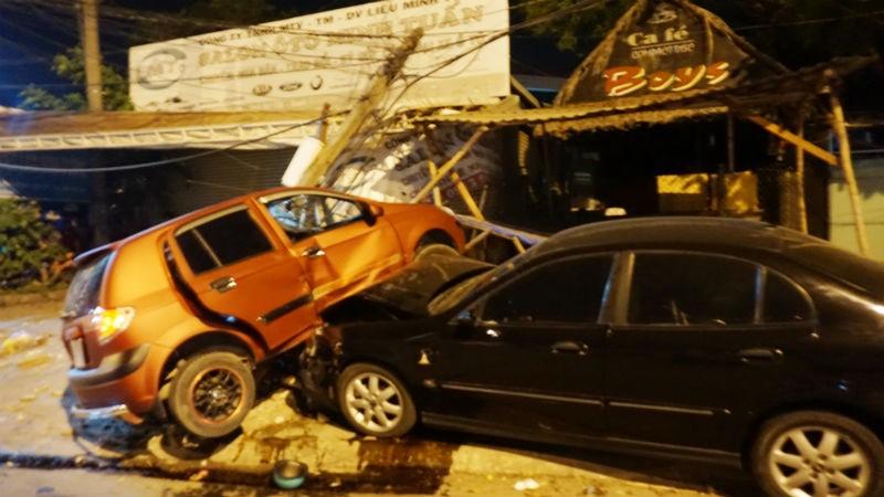 2 ô tô tông nhau khiến cô gái ngồi sau xe máy tử vong - ảnh 1