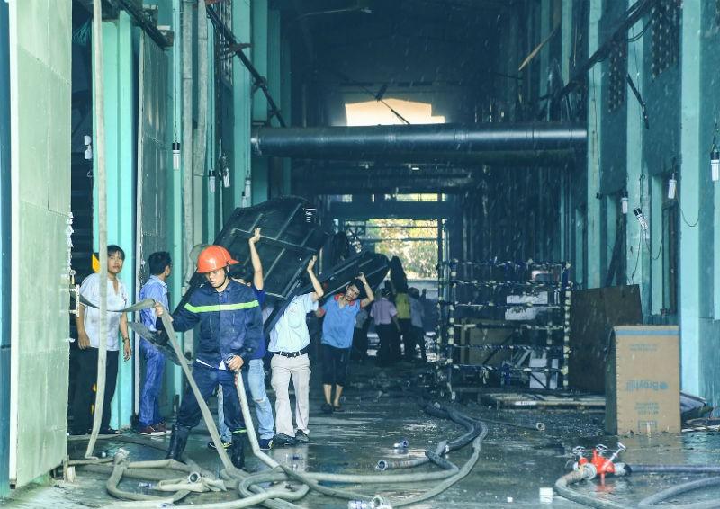 Cháy lớn tại công ty sản xuất gỗ ở Bình Dương - ảnh 1