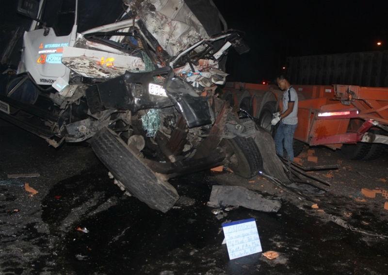 Tai nạn xe tải nghiêm trọng, tài xế tử vong trong cabin  - ảnh 1