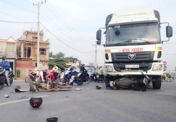 Xe tải tông 2 xe máy, 1 phụ nữ bị thương nặng - ảnh 1