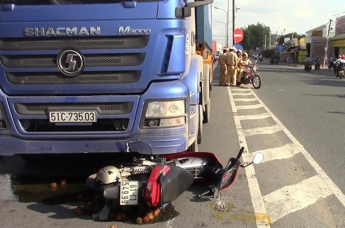 Bị xe container cuốn vào gầm, một phụ nữ tử vong - ảnh 1