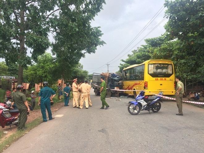 Cơ quan chức năng giải quyết hiện trường vụ tai nạn nghiêm trọng
