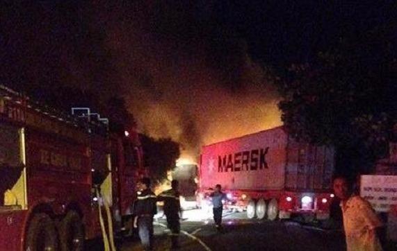 Lực lượng cứu hỏa có mặt tại hiện trường để dập lửa