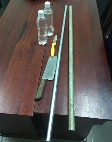 Các dụng cụ để mở khóa và hung khí