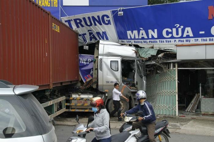 Xe container đâm sập cửa hàng nội thất, nhiều người thoát chết - ảnh 1