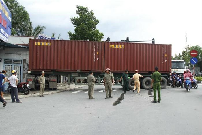 Xe container đâm sập cửa hàng nội thất, nhiều người thoát chết - ảnh 2